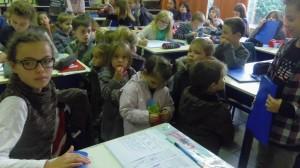 La classe de CM2 est impressionnante. Les bureaux des enfants sont presque aussi grands que nous.